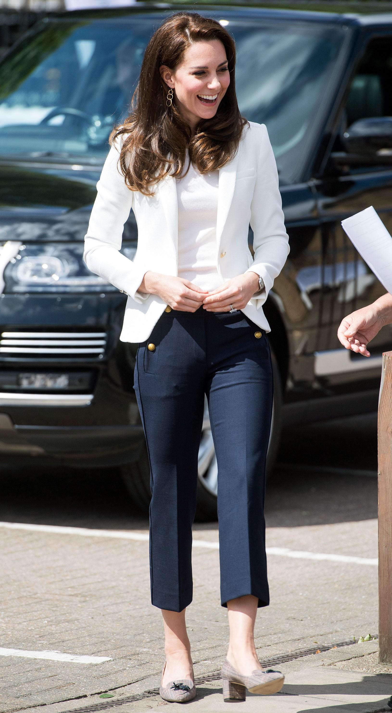 """Giữa tin đồn chị em dâu bất hòa, Công nương Kate lần đầu tiên diện kiểu quần này và nó chính là item ruột"""" của Meghan Markle-4"""