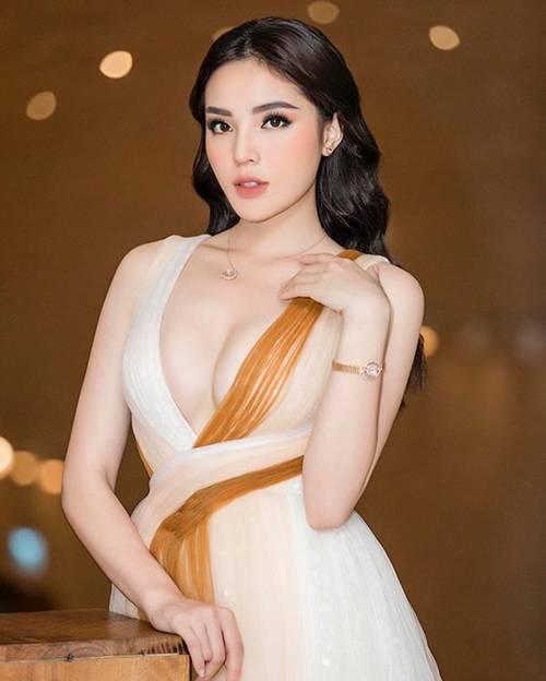 Mặc kệ ai lên án, ngày càng nhiều sao Việt bất chấp với phong cách ngực nhảy ra ngoài!-1