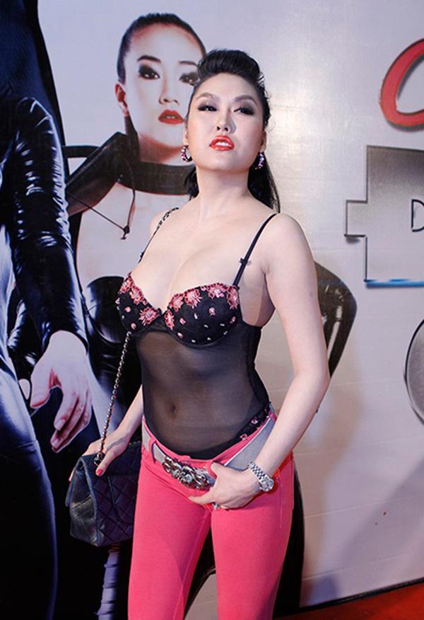 Mặc kệ ai lên án, ngày càng nhiều sao Việt bất chấp với phong cách ngực nhảy ra ngoài!-6