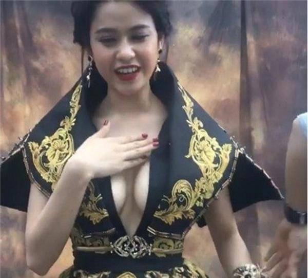 Mặc kệ ai lên án, ngày càng nhiều sao Việt bất chấp với phong cách ngực nhảy ra ngoài!-8