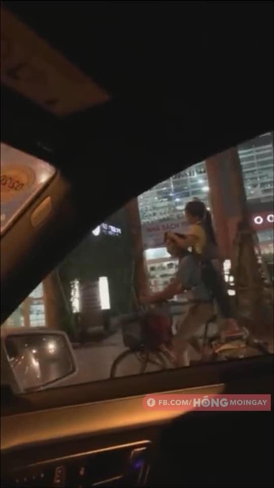 Hai cha con đạp xe, nhặt ve chai khiến người lái ô tô phải đi theo vì một lý do-1