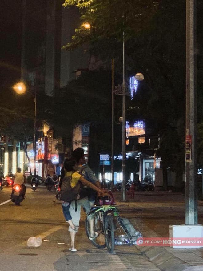 Hai cha con đạp xe, nhặt ve chai khiến người lái ô tô phải đi theo vì một lý do-2