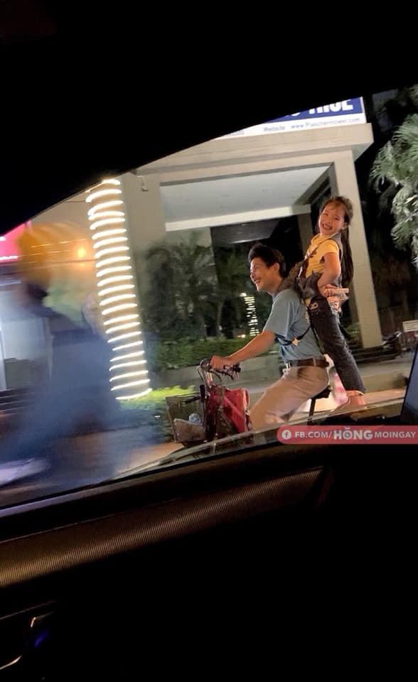 Hai cha con đạp xe, nhặt ve chai khiến người lái ô tô phải đi theo vì một lý do-4