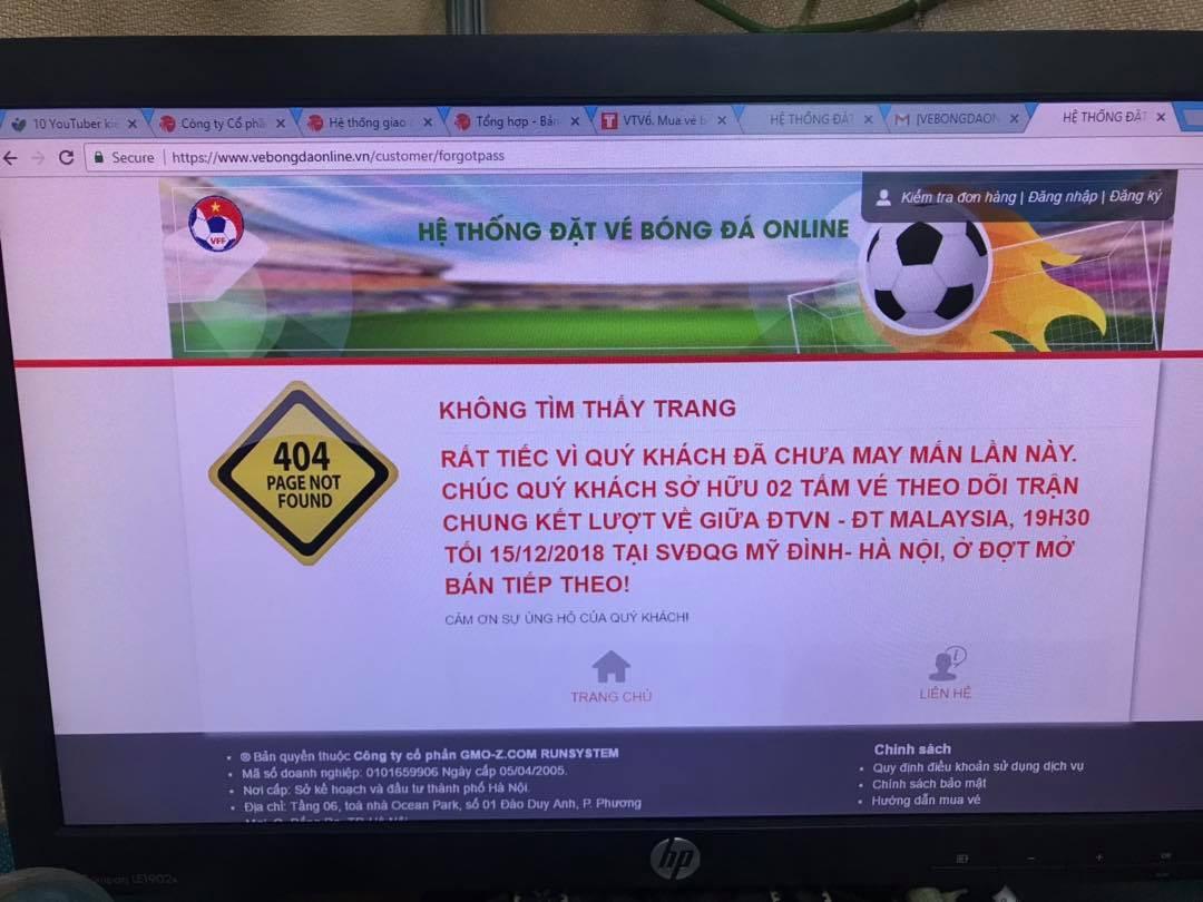 Người dân tìm mọi cách mua vé AFF cup: Mua online, trèo rào mua offline, ai may mắn thì mới có vé-1