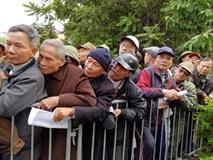 Dân tình xếp hàng dài trước cổng VFF nhận giấy hẹn mua vé trận chung kết lượt về