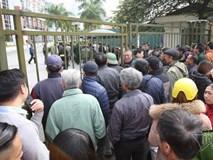 Clip: Hàng trăm người bao vây trụ sở VFF đòi mua vé xem chung kết