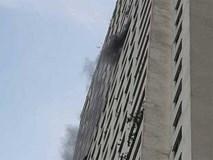 Cháy dữ dội ở tầng 31 CC Linh Đàm, hàng nghìn cư dân hoảng hốt tháo chạy bằng cầu thang bộ