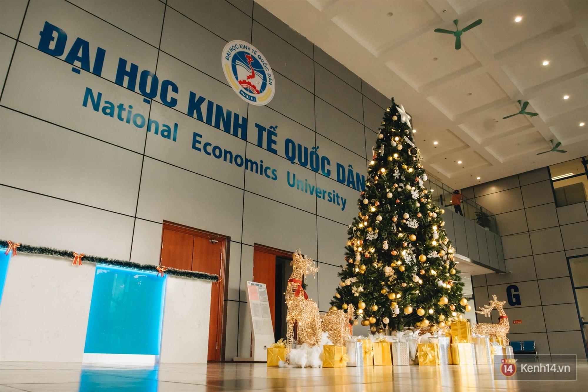 Xịn như Kinh tế Quốc dân: Dựng không gian checkin Noel sang như khách sạn bên trong toà nhà thế kỷ 96.000 m2 với 17 thang máy!-1