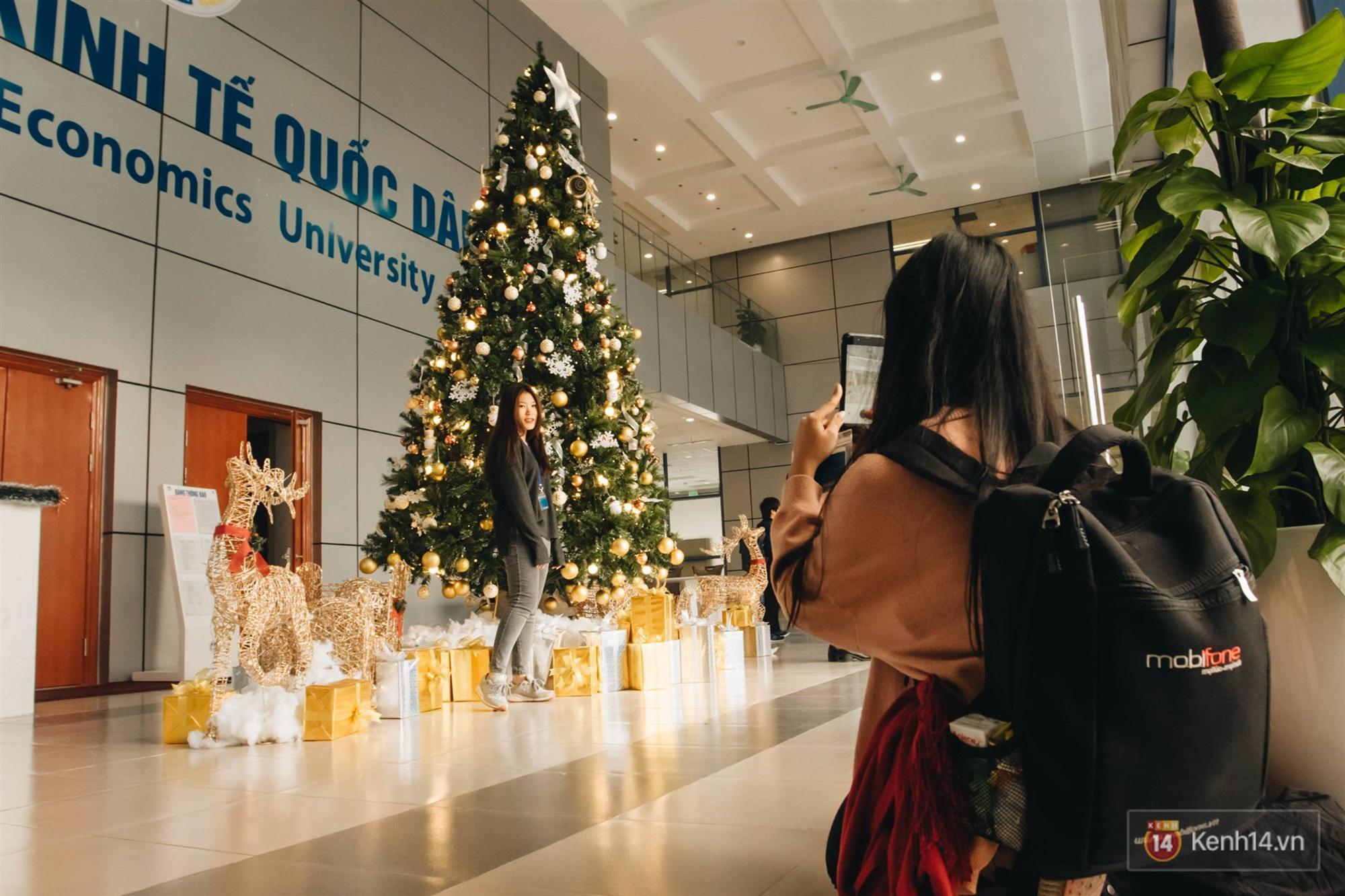Xịn như Kinh tế Quốc dân: Dựng không gian checkin Noel sang như khách sạn bên trong toà nhà thế kỷ 96.000 m2 với 17 thang máy!-2