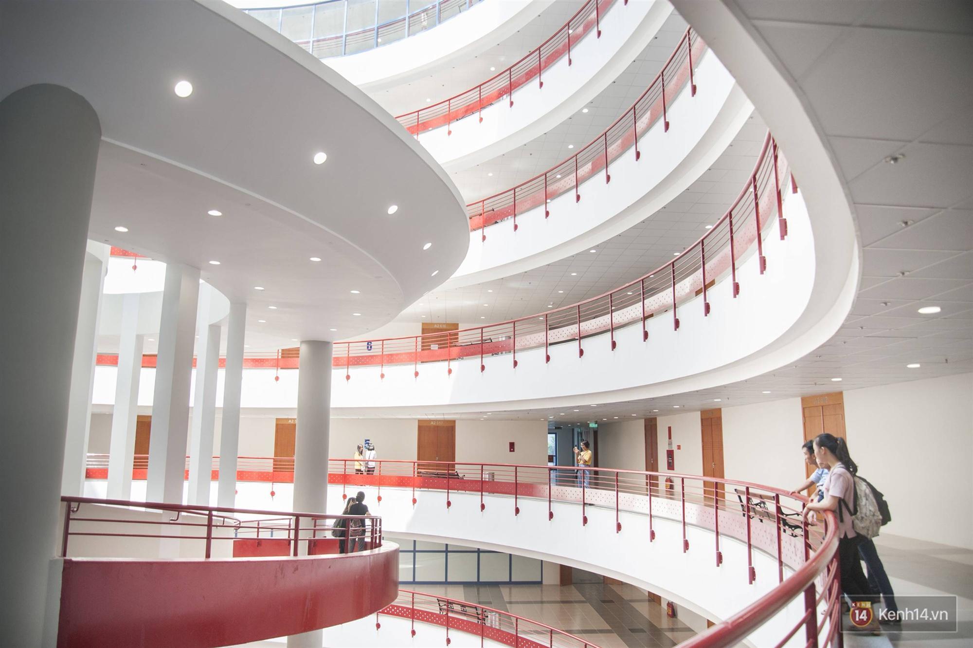 Xịn như Kinh tế Quốc dân: Dựng không gian checkin Noel sang như khách sạn bên trong toà nhà thế kỷ 96.000 m2 với 17 thang máy!-6