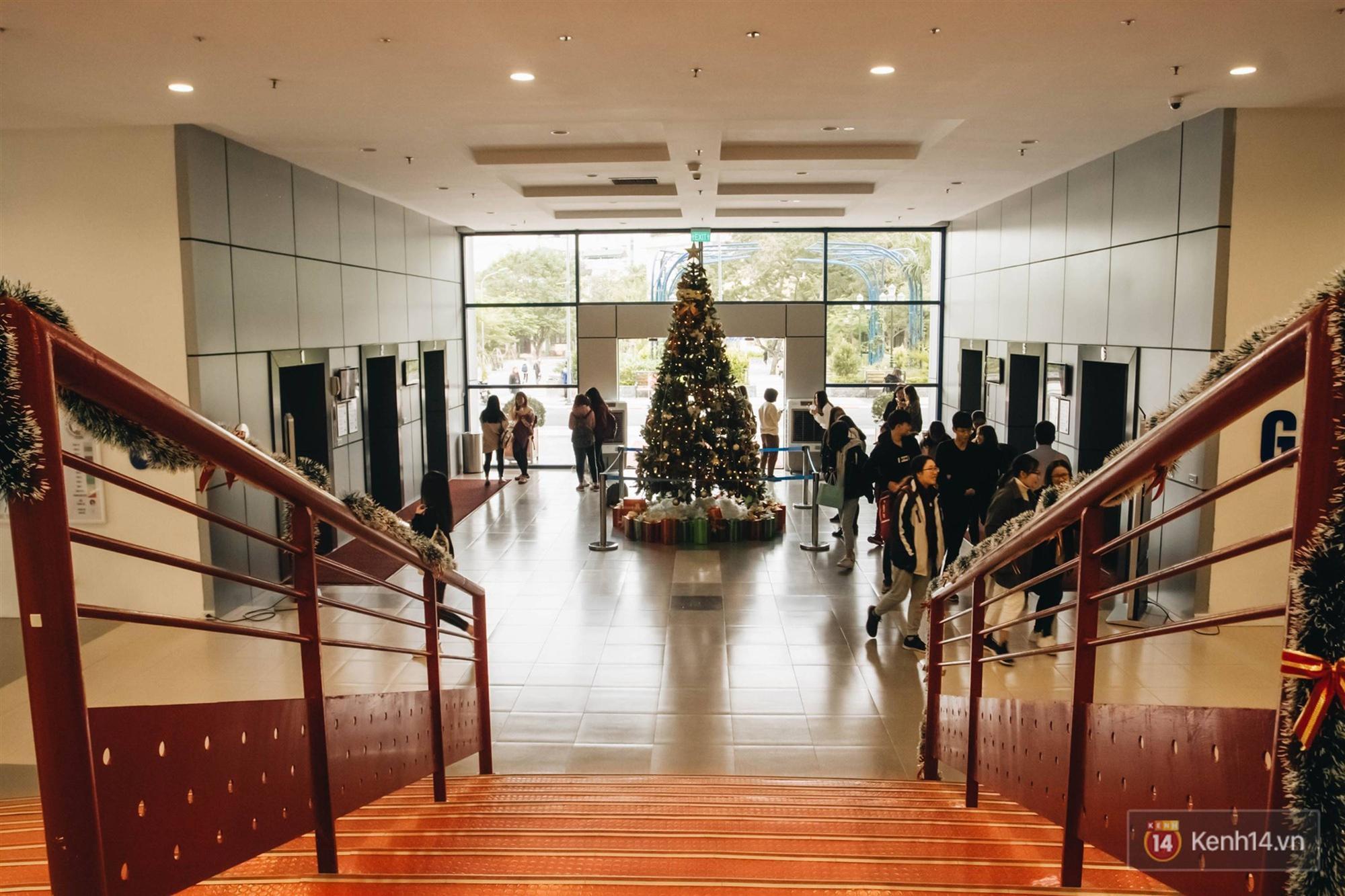 Xịn như Kinh tế Quốc dân: Dựng không gian checkin Noel sang như khách sạn bên trong toà nhà thế kỷ 96.000 m2 với 17 thang máy!-7