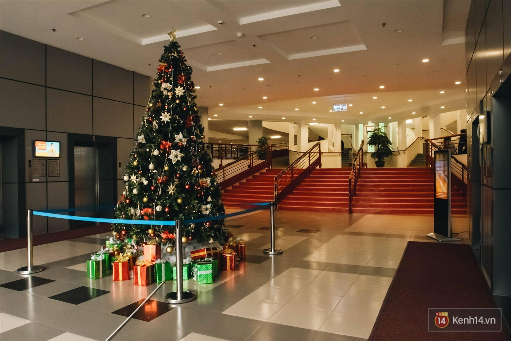 Xịn như Kinh tế Quốc dân: Dựng không gian checkin Noel sang như khách sạn bên trong toà nhà thế kỷ 96.000 m2 với 17 thang máy!-8