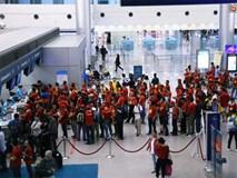 CĐV nhuộm đỏ sân bay Nội Bài và Tân Sơn Nhất, lên đường sang Malaysia