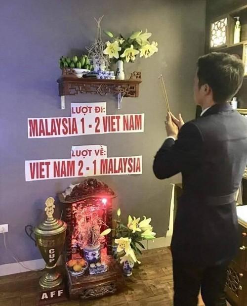 Ảnh chế các nhà tiên tri hài hước trước giờ bóng lăn trận chung kết lượt đi Việt Nam - Malaysia gây sốt-1