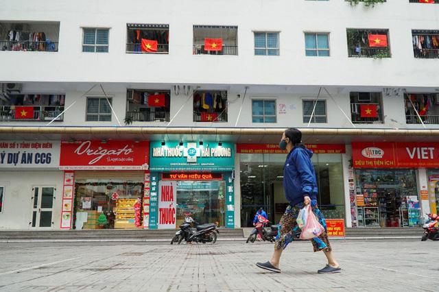 Cả tòa chung cư Hà Nội phủ kín cờ đỏ sao vàng trước chung kết AFF Cup-2