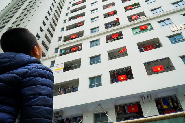 Cả tòa chung cư Hà Nội phủ kín cờ đỏ sao vàng trước chung kết AFF Cup-3