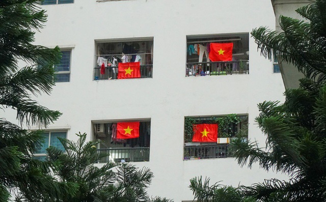 Cả tòa chung cư Hà Nội phủ kín cờ đỏ sao vàng trước chung kết AFF Cup-5