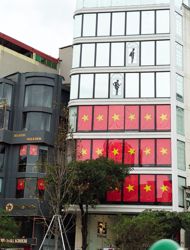 Cả tòa chung cư Hà Nội phủ kín cờ đỏ sao vàng trước chung kết AFF Cup-6