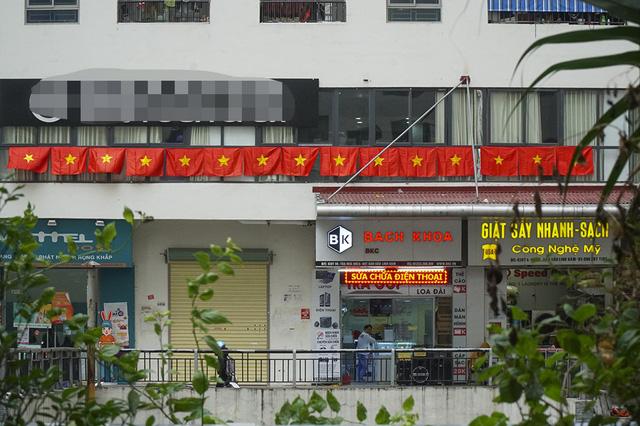 Cả tòa chung cư Hà Nội phủ kín cờ đỏ sao vàng trước chung kết AFF Cup-4