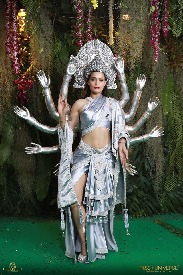 Ngoài Bánh mì của HHen Niê, đây là những bộ trang phục dân tộc chặt chém nhất sân khấu Miss Universe 2018-7