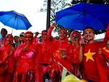 Hàng nghìn CĐV kéo về sân Bukit Jalil, trời bắt đầu đổ mưa