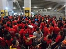 Hơn 100 CĐV Việt Nam bức xúc khi bị chặn cửa lên khán đài dù có vé