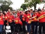 Fangirl xinh đẹp hâm nóng bầu không khí trước thềm đại chiến Việt Nam vs Malaysia-14