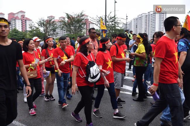 CĐV Việt Nam hụt hẫng khi ĐT Malaysia gỡ hòa 2 - 2 trong hiệp 2 trận chung kết AFF Cup 2018-67