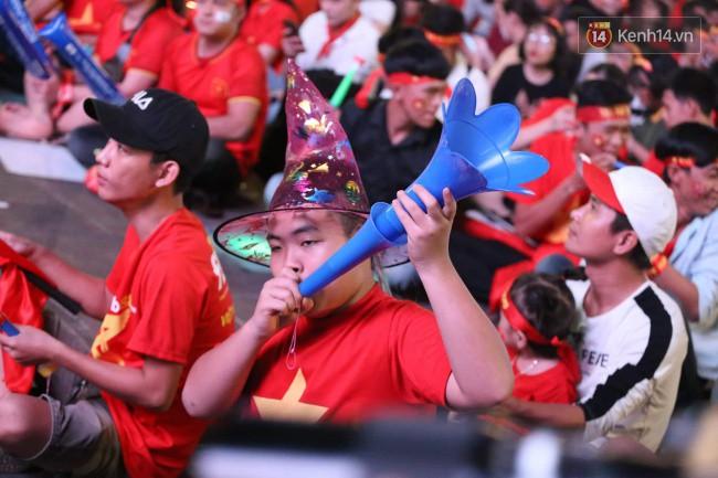 CĐV Việt Nam hụt hẫng khi ĐT Malaysia gỡ hòa 2 - 2 trong hiệp 2 trận chung kết AFF Cup 2018-37