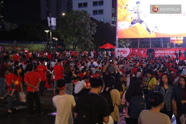 CĐV Việt Nam hụt hẫng khi ĐT Malaysia gỡ hòa 2 - 2 trong hiệp 2 trận chung kết AFF Cup 2018-49
