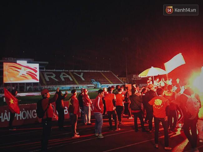 CĐV Việt Nam hụt hẫng khi ĐT Malaysia gỡ hòa 2 - 2 trong hiệp 2 trận chung kết AFF Cup 2018-46