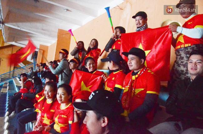 CĐV Việt Nam hụt hẫng khi ĐT Malaysia gỡ hòa 2 - 2 trong hiệp 2 trận chung kết AFF Cup 2018-70