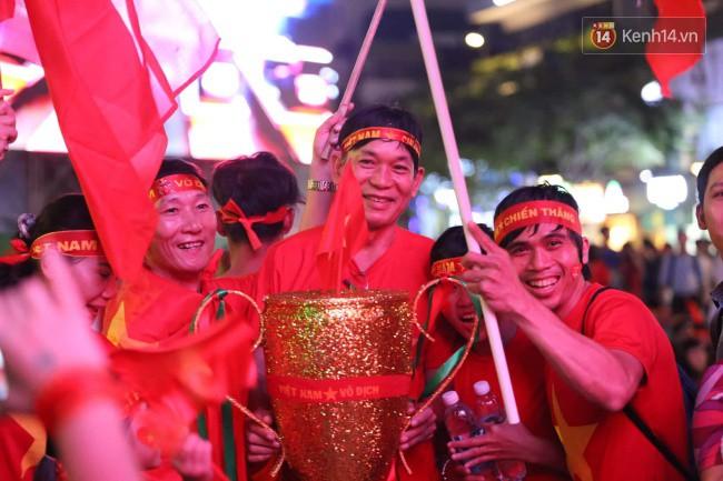 CĐV Việt Nam hụt hẫng khi ĐT Malaysia gỡ hòa 2 - 2 trong hiệp 2 trận chung kết AFF Cup 2018-50