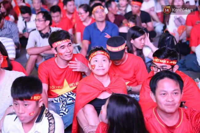 CĐV Việt Nam hụt hẫng khi ĐT Malaysia gỡ hòa 2 - 2 trong hiệp 2 trận chung kết AFF Cup 2018-51