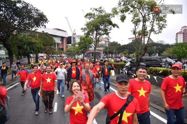 CĐV Việt Nam hụt hẫng khi ĐT Malaysia gỡ hòa 2 - 2 trong hiệp 2 trận chung kết AFF Cup 2018-64