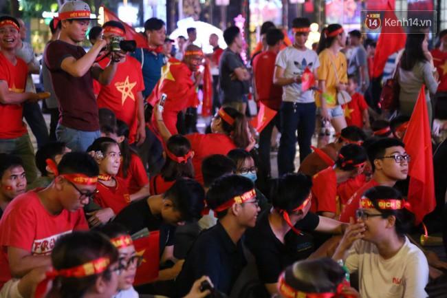 CĐV Việt Nam hụt hẫng khi ĐT Malaysia gỡ hòa 2 - 2 trong hiệp 2 trận chung kết AFF Cup 2018-53