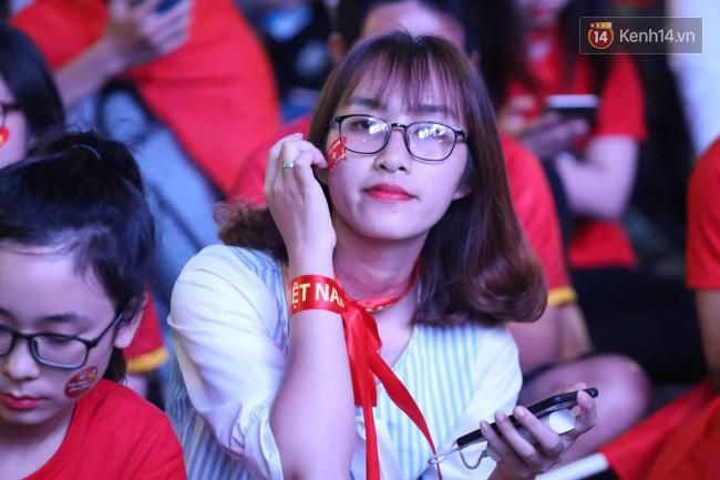 CĐV Việt Nam hụt hẫng khi ĐT Malaysia gỡ hòa 2 - 2 trong hiệp 2 trận chung kết AFF Cup 2018-41
