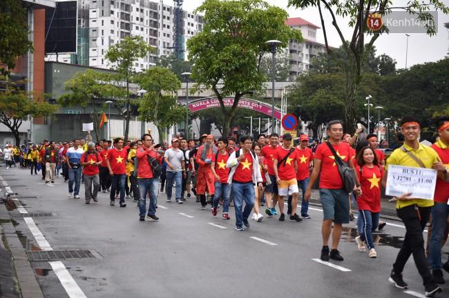 CĐV Việt Nam hụt hẫng khi ĐT Malaysia gỡ hòa 2 - 2 trong hiệp 2 trận chung kết AFF Cup 2018-61