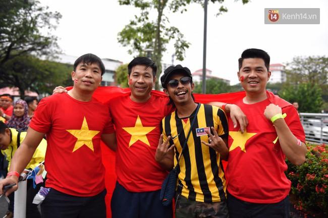 CĐV Việt Nam hụt hẫng khi ĐT Malaysia gỡ hòa 2 - 2 trong hiệp 2 trận chung kết AFF Cup 2018-60