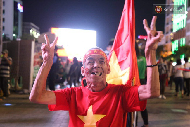CĐV Việt Nam hụt hẫng khi ĐT Malaysia gỡ hòa 2 - 2 trong hiệp 2 trận chung kết AFF Cup 2018-54