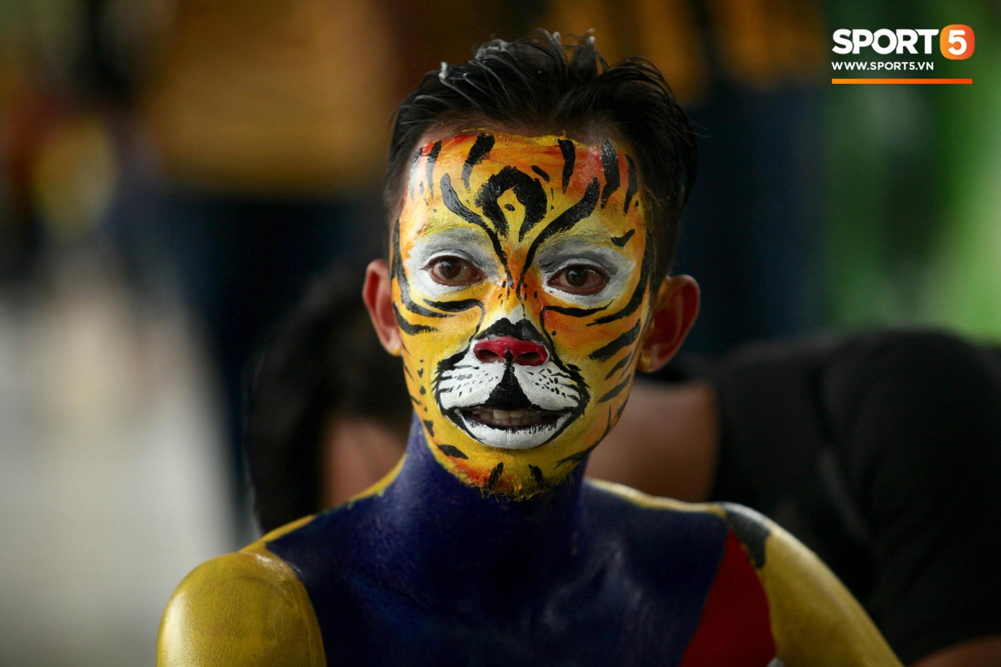 Fangirl xinh đẹp hâm nóng bầu không khí trước thềm đại chiến Việt Nam vs Malaysia-10