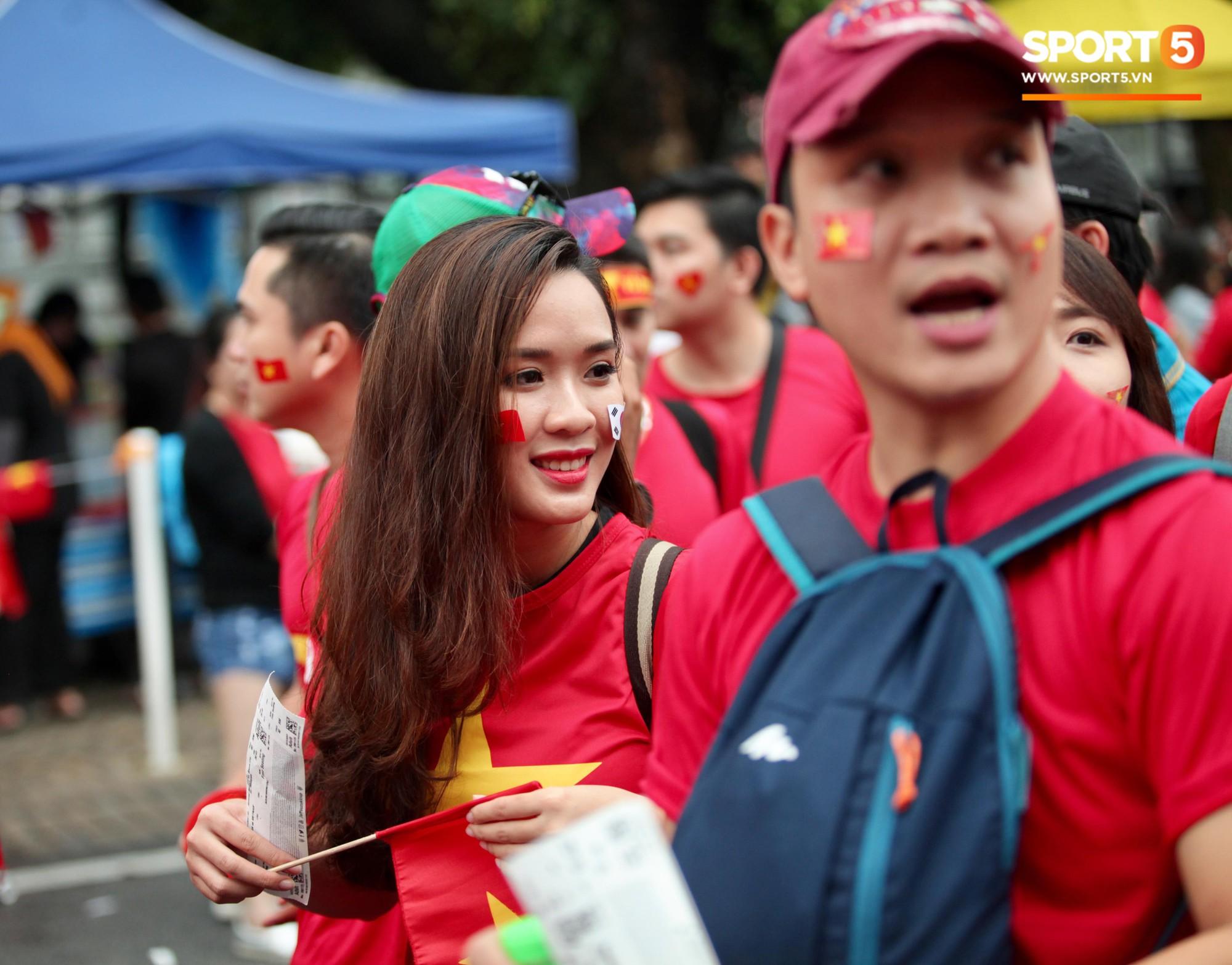 Fangirl xinh đẹp hâm nóng bầu không khí trước thềm đại chiến Việt Nam vs Malaysia-2