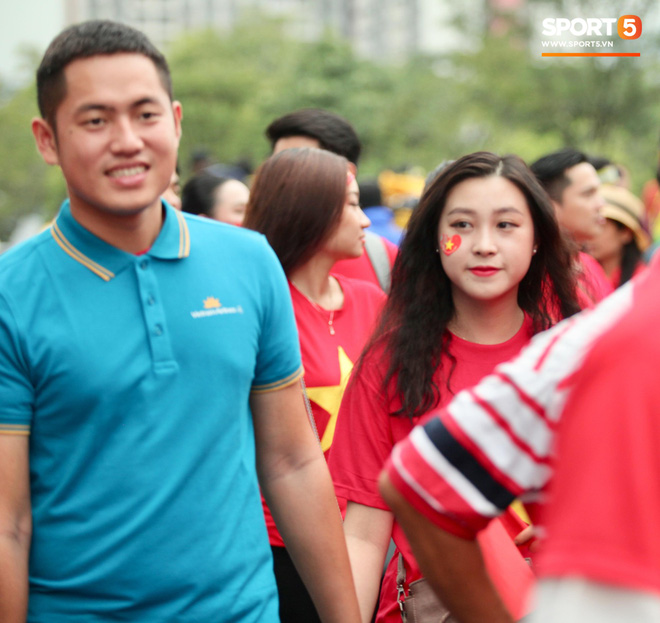 Fangirl xinh đẹp hâm nóng bầu không khí trước thềm đại chiến Việt Nam vs Malaysia-5