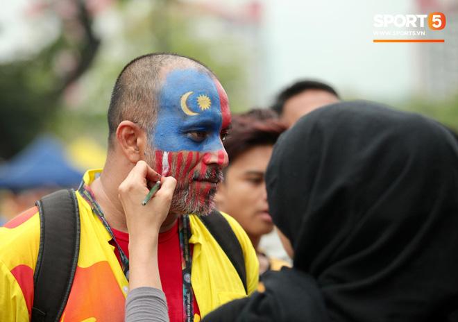 Fangirl xinh đẹp hâm nóng bầu không khí trước thềm đại chiến Việt Nam vs Malaysia-11