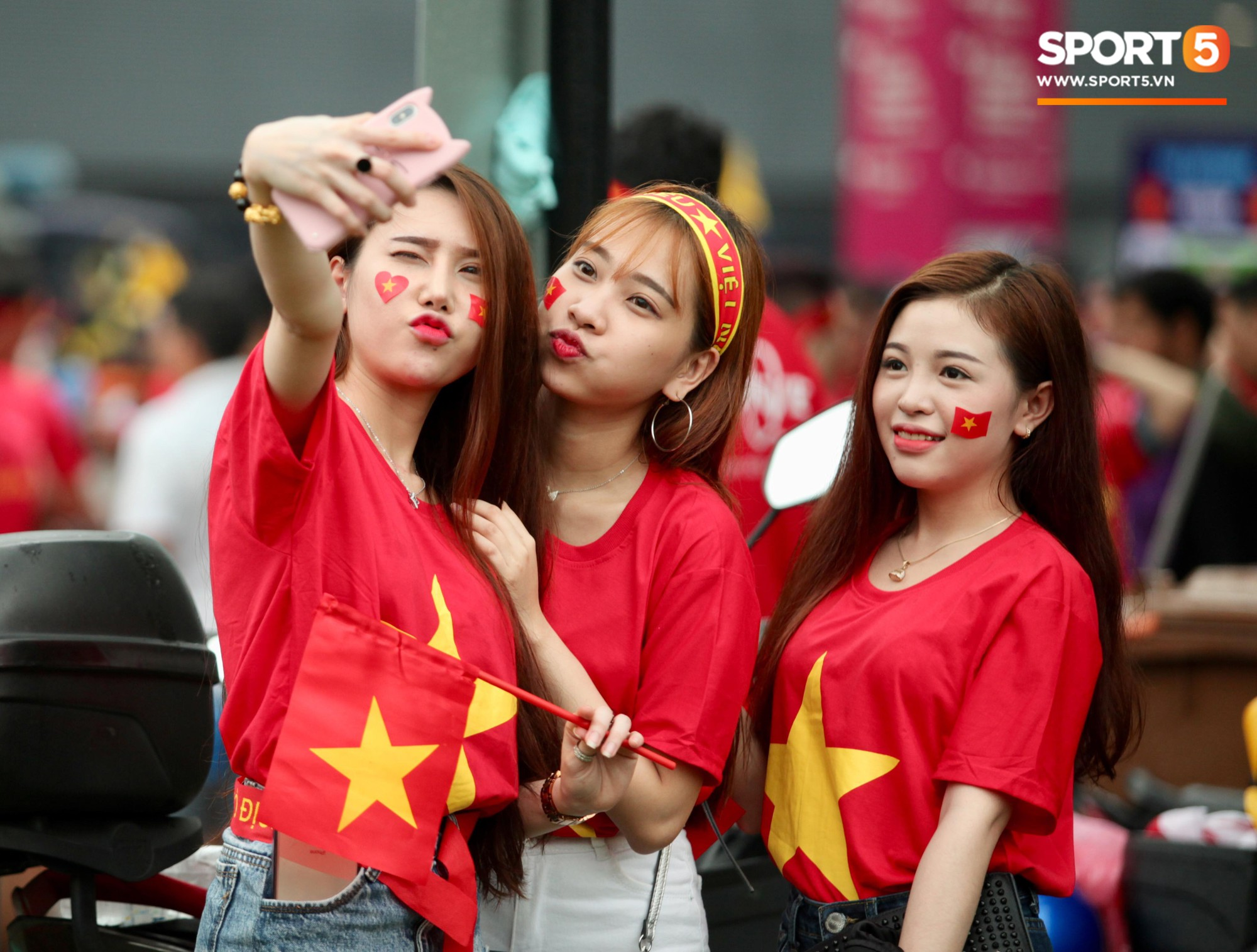 Fangirl xinh đẹp hâm nóng bầu không khí trước thềm đại chiến Việt Nam vs Malaysia-3
