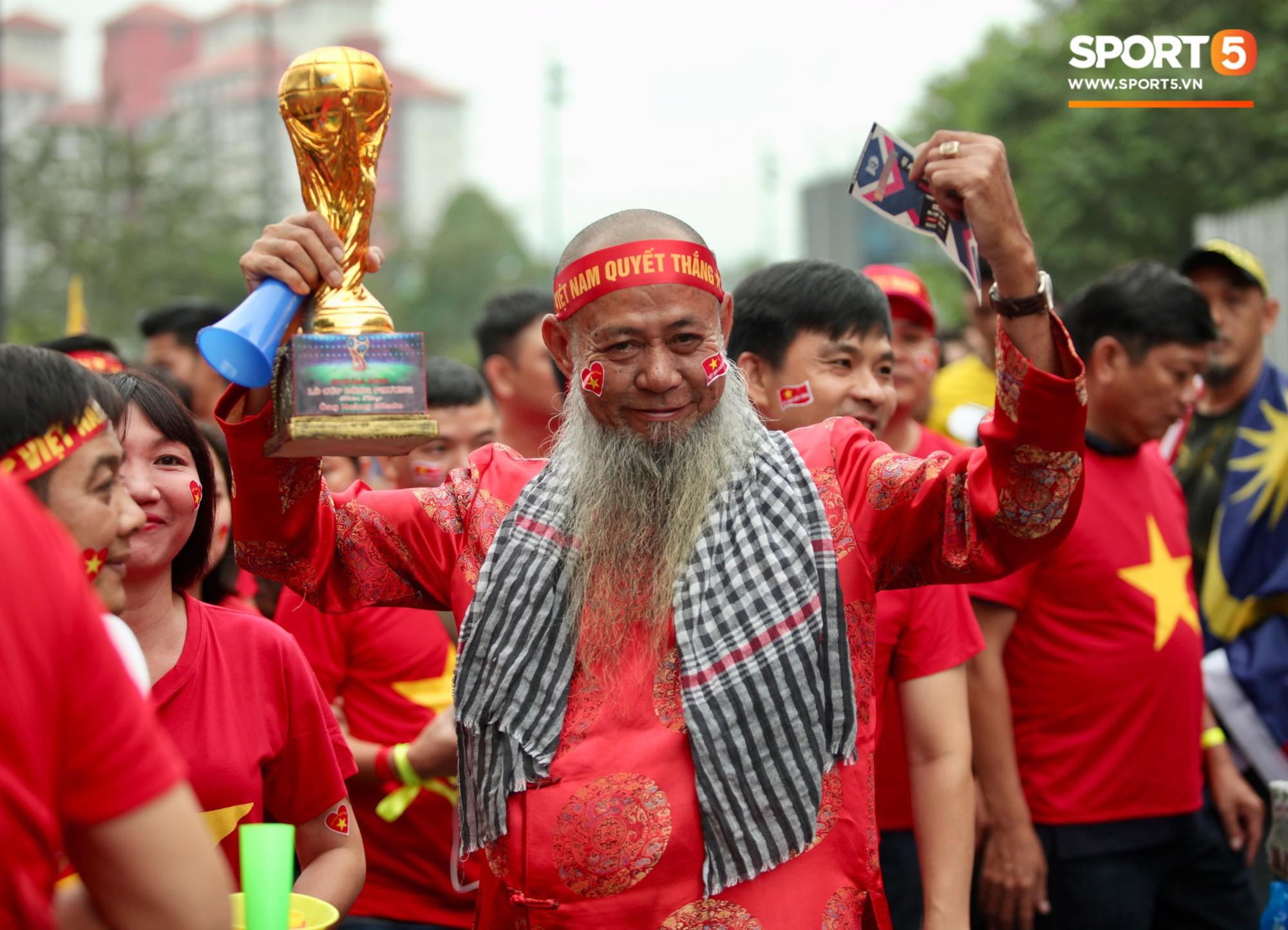 Fangirl xinh đẹp hâm nóng bầu không khí trước thềm đại chiến Việt Nam vs Malaysia-13