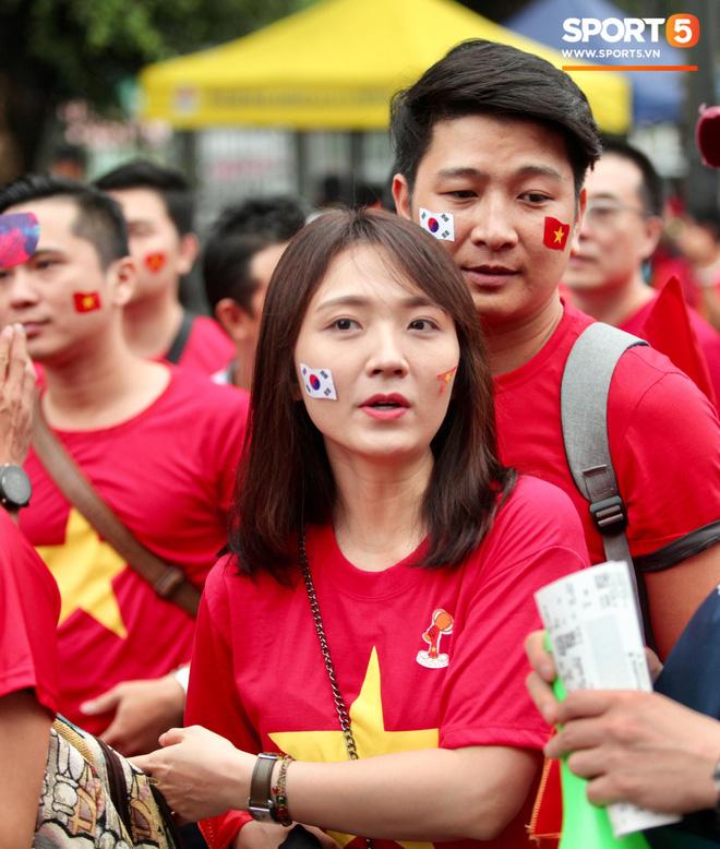 Fangirl xinh đẹp hâm nóng bầu không khí trước thềm đại chiến Việt Nam vs Malaysia-4