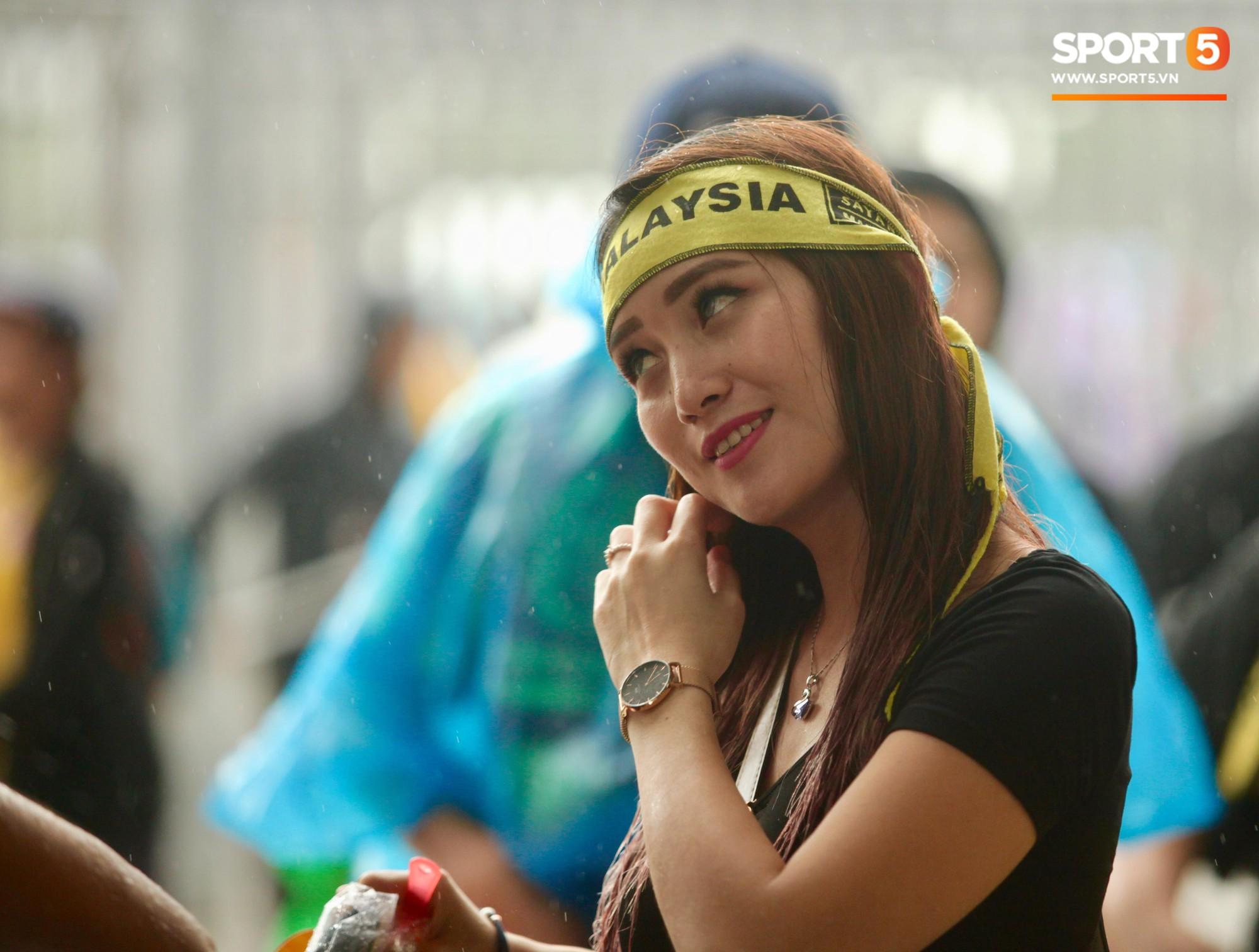 Fangirl xinh đẹp hâm nóng bầu không khí trước thềm đại chiến Việt Nam vs Malaysia-6