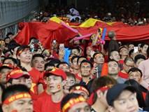 CĐV Việt Nam truyền tay nhau cờ Tổ quốc khi các cầu thủ ra sân