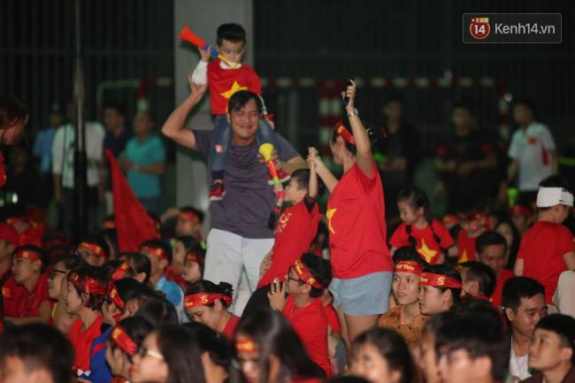 CĐV Việt Nam hụt hẫng khi ĐT Malaysia gỡ hòa 2 - 2 trong hiệp 2 trận chung kết AFF Cup 2018-27